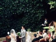 グリーンに覆われた中庭で開放的な人前式を