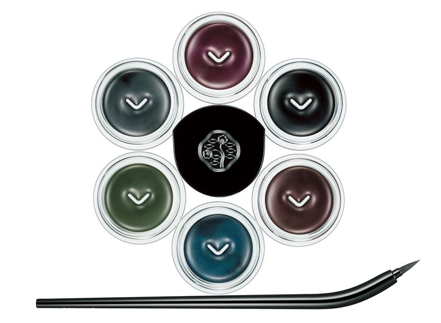 (上から右回りに)光沢のある紫。 資生堂 インクストローク アイライナー VI605・漆黒。同 BK901・黒みがかった 茶色。同 BR606・ディープな藍色。 同 BL603・森を思わせる深緑。GR604・ 鉛筆色のグレー。GY902 各¥3,500 (すべて携帯ブラシつき)・ (下)2 カ所で固定でき、描くときに 目もとを隠さないよう30度のカーブを つけたブラシ。思いどおりの筆致が 可能に。資生堂 インクストローク アイライナー ブラシ¥3,500/ 資生堂インターナショナル