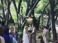 『glee』キャストに囲まれ、芝生の上で踊るアウトドア婚