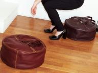 クッションのようなバレンシアガの円筒形バッグ