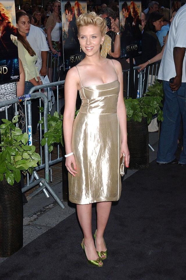 『アイランド』のNYプレミアにはゴールドをチョイス。スカーレット21歳(2005年) ©KRISTIN CALLAHAN - ACE PICTURES/Newscom/Zeta Image