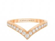 指先をフェミニンに彩る、ダイヤモンドのV字ライン