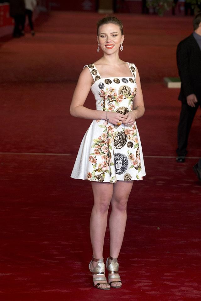 ドルチェ&ガッバーナのドレスを着てローマ国際映画祭で行われた『her/世界でひとつの彼女』のプレミアに登場(2013年) © Alessia Paradisi/ABACAUSA.COM/Newscom/Zeta Image