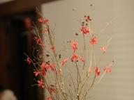 秋らしい枝ものを中心にモダンな装花を演出