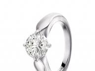 ダイヤモンドの輝きを際立たせる、優美な4つ爪の曲線美