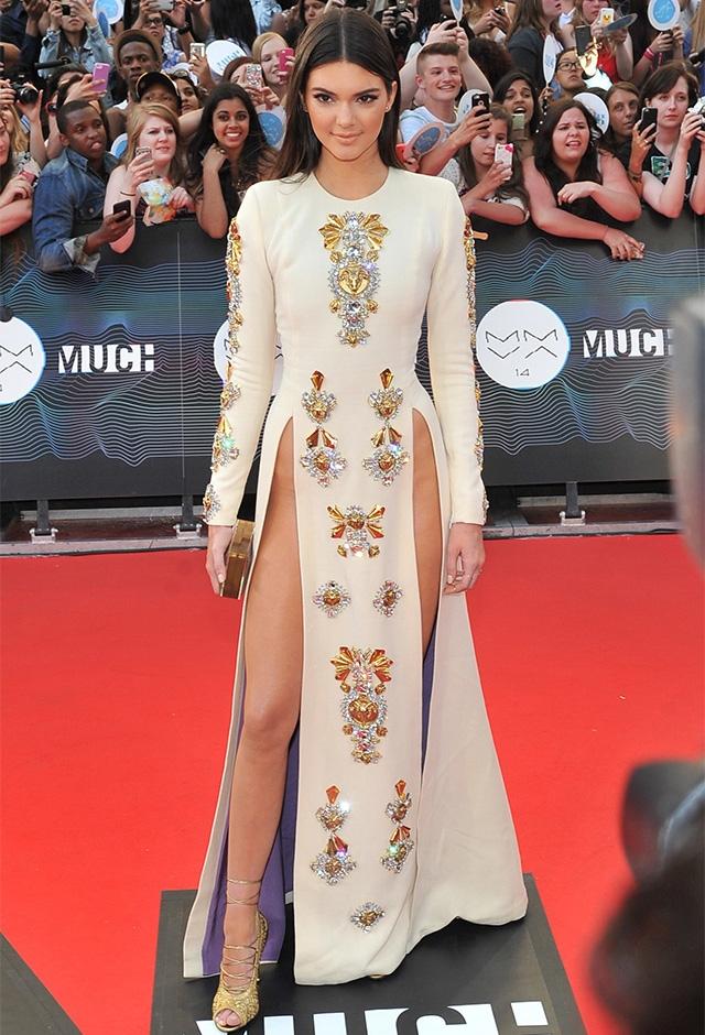 2014年、カナダのトロントで行われたミュージックアワードに出席したケンダル・ジェンナー。深く切りこまれた大胆すぎるスリットが物議を醸したドレスは、ファウスト パグリッシのもの