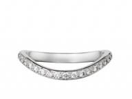 ダイヤの輝きに彩られたフェミニンな曲線美