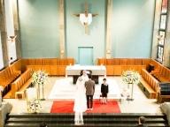 クラシカルな教会を舞台に、神聖な挙式シーンを