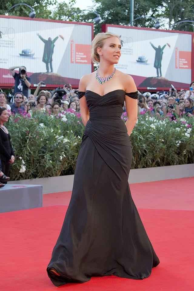 ヴェニス国際映画では、ヴェルサーチのブラックドレスで、ハリウッドグラマーを漂わせた(2013年) © WENN.com
