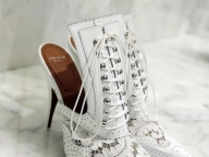 スニーカーや旬のミュールも!春ファッションの要、ホワイトシューズコレクション