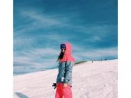 パステルカラーのスキーウェアで雪山でも可愛く