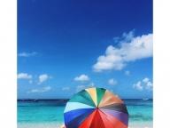 レインボーパラソルでビーチの視線をひとり占め!