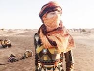 砂漠に映える、エトロのドレス